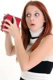 Beau jeune femme secouant le présent Photos stock