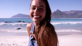 Beau jeune femme sur la plage banque de vidéos