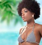 Beau jeune femme sur la plage, projectile de plan rapproché photos stock