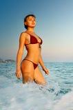 Beau jeune femme sur le bord de la mer Images stock