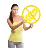 Beau, jeune femme tenant un symbole gratuit de gluten Image libre de droits