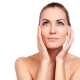 Beau jeune femme touchant son visage Peau saine fraîche images stock