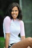 Beau jeune joueur de base-ball féminin biracial image stock