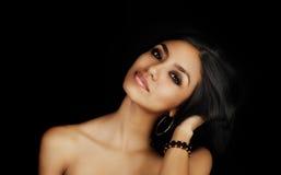 Beau jeune long sourire exotique de cheveux photographie stock libre de droits