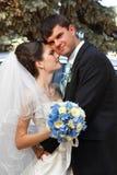 Beau jeune marié d'étreintes de jeune mariée dans l'amour Photos stock