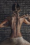 Beau jeune modèle à la mode attrayant avec l'ornement traditionnel sur la peau du dos concept de chasseur de femme d'Amazone photos libres de droits