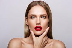 Beau jeune modèle avec les lèvres rouges Image stock