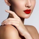 Beau jeune modèle avec les lèvres rouges et la manucure française Image libre de droits