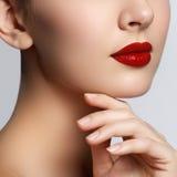 Beau jeune modèle avec les lèvres rouges et la manucure française Une partie de Photographie stock libre de droits
