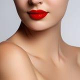 Beau jeune modèle avec les lèvres rouges et la manucure française Une partie de visage femelle avec les lèvres rouges Tir en gros Photographie stock libre de droits