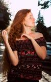 Beau jeune modèle d'une chevelure rouge avec de longs cheveux luxuriants et fermé Photo stock