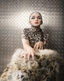 Beau jeune modèle européen dans le maquillage et le bodyart de chat Image libre de droits