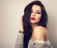 Beau jeune modèle expressif de maquillage avec le rouge à lèvres rouge et le l images stock