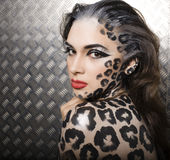 Beau jeune modèle européen dans le maquillage et le bodyart de chat Image stock