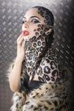 Beau jeune modèle européen dans le maquillage et le bodyart de chat Images stock