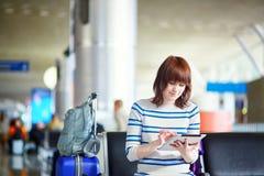 Beau jeune passager féminin à l'aéroport Photographie stock