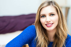 beau jeune portrait attrayant de sourire de femme Photographie stock