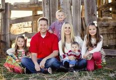 Beau jeune portrait de famille Photographie stock libre de droits
