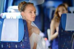 Beau jeune portrait de jeune mariée dans un autobus images libres de droits