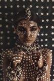 Beau jeune portrait modèle à la mode attrayant avec l'ornement traditionnel sur la peau et le visage photos stock