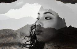 Beau jeune portrait modèle de visage de fille avec les cheveux bruns contre le paysage de montagnes, double exposition effectuée  photographie stock