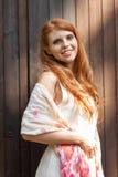 Beau jeune portrait roux de sourire de femme extérieur photos libres de droits
