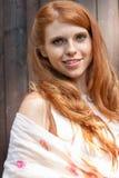 Beau jeune portrait roux de sourire de femme extérieur photos stock