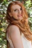 Beau jeune portrait roux de sourire de femme extérieur photo libre de droits