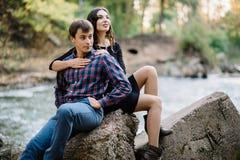 Beau jeune repos de couples sur la nature Histoire d'amour, rendez-vous, amour Photo stock