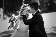 Beau jeune rire heureux de jeune mariée Images stock