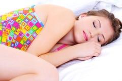 Beau jeune snuggle femelle de sommeil Photographie stock libre de droits