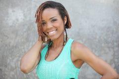 Beau jeune sourire de femme de couleur images libres de droits
