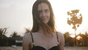 Beau jeune sourire de touristes paisible de femme, regardant la caméra avec les yeux calmes à la plage exotique stupéfiante de st clips vidéos