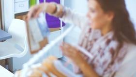 Beau jeune styliste près de support avec des cintres photos libres de droits