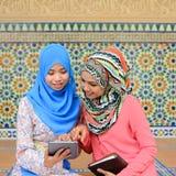 Beau jeune étudiant musulman partageant des infos ensemble Images stock
