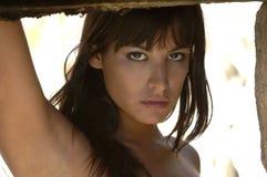 Beau jeune visage du ` s de fille de brune dans les montagnes image libre de droits