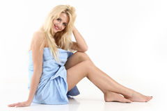 beau jeunes enveloppés d'essuie-main par femme Photos stock