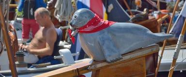 Beau joint bleu sculpté sur un arc d'un bateau Photo stock