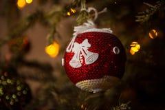 Beau jouet du ` s de nouvelle année sur l'arbre du ` s de nouvelle année Images libres de droits