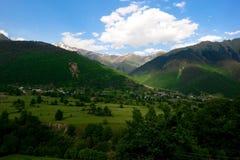 Beau jour à aller en dehors des montagnes de Caucase Images libres de droits