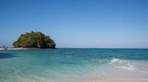 Beau jour avec le ciel bleu et la mer Photographie stock libre de droits