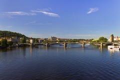 Beau jour d'été à Prague avec la rivière de Vltava en traversant la ville et le château de Prague et le saint Vitus Cathedral Images stock