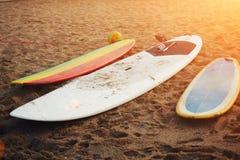 Beau jour d'été, trois planches de surf professionnelles lumineuses se trouvant sur la plage Images stock
