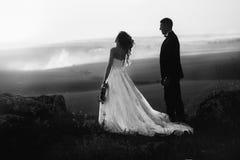 Beau jour du mariage, amour sur le coucher du soleil Photo stock