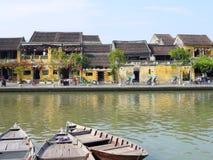 Beau jour en ville antique de Hoi An avec la vue des bateaux traditionnels, des maisons jaunes et des touristes photos libres de droits