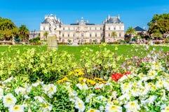 Beau jour ensoleillé à Paris, jardins du luxembourgeois photo stock