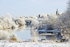 Beau jour ensoleillé pendant l'hiver sur la rivière Images stock