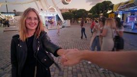 Beau jour heureux en parc d'attractions banque de vidéos