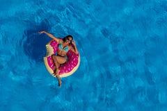 Beau jour hispanique d'Enjoying The Summer de modèle de brune au PO photos libres de droits
