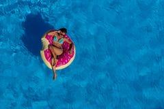 Beau jour hispanique d'Enjoying The Summer de modèle de brune au PO photographie stock libre de droits